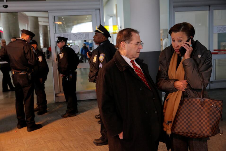 Los congresistas demócratas Jerrold Nadler y Nydia Velazquez hacen gesti...