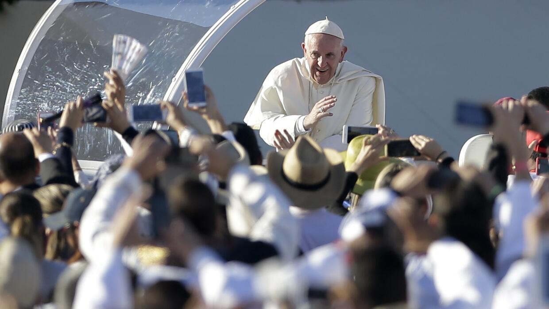 El Papa a su llegada al lugar donde celebró una multitudinaria misa en C...