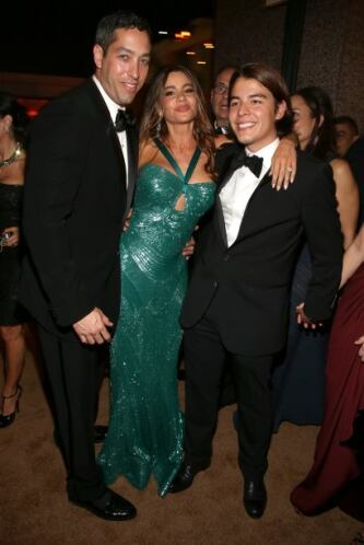 Aquí con sus dos hombres, Nick y su hijo Manolo. Mira aquí lo último en...