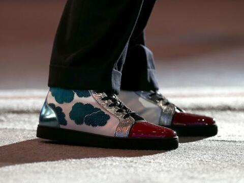 La vista de los zapatos usados por el presidente y CEO de Salesforce ,...