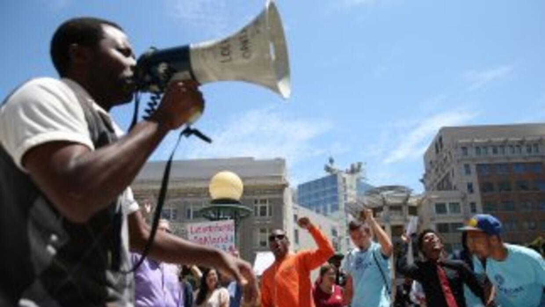 Trabajadores en Estados Unidos pidiendo un alza al salario mínimo.