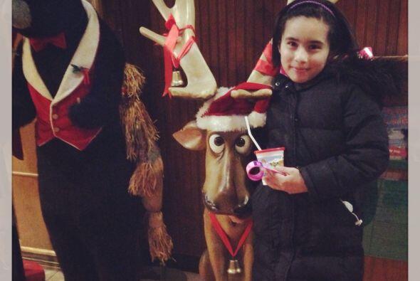 La hija de Martha Tovar posó junto a un reno decorativo.