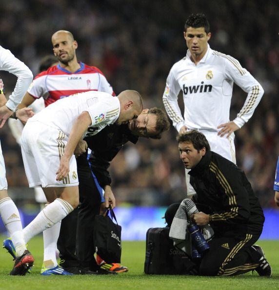 De repente el goleador Benzema sintió un fuerte dolor y llamá a los médi...