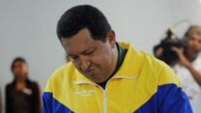 El presidente de Venezuela, Hugo Chávez, en el momento de votar en las p...