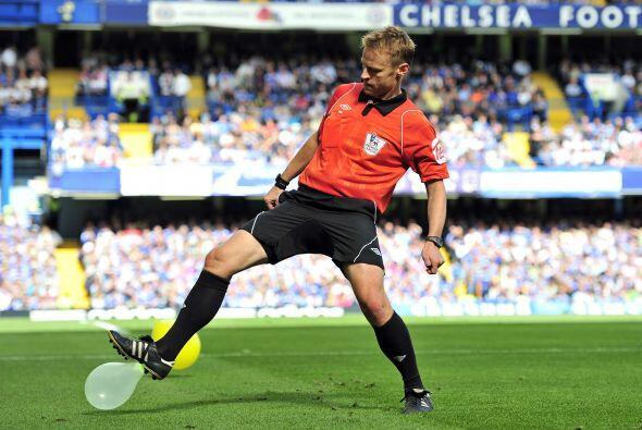 En Inglaterra los árbitros se divierten pinchando globos.