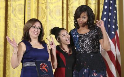 La primera dama Michelle Obama posa con representantes de la organizaci&...