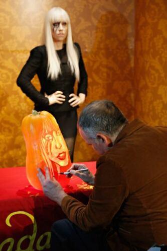 Hugh McMahon, tallador de calabazas profesional, esculpió la cara de la...