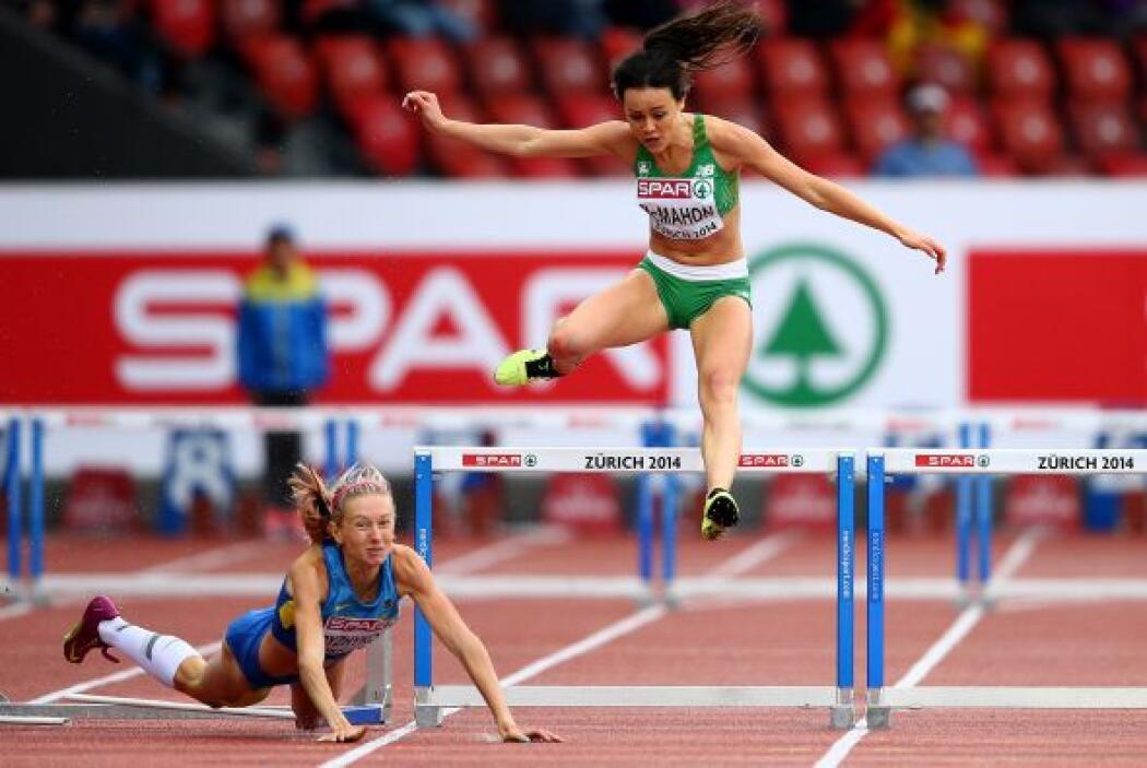 Christine McMahon de la República de Irlanda salta mientras la ucraniana...