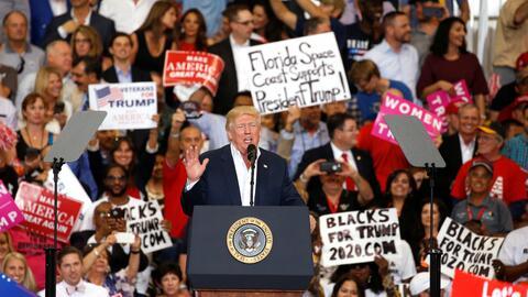 El presidente Donald Trumpo habla en un mitin realizado en Melbourne, Fl...