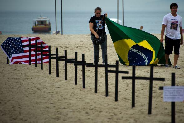 Un grupo brasileño de activistas contra la violencia clavó...