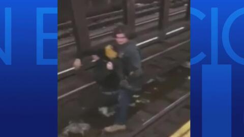 Impresionante rescate de un hombre que cayó a los rieles de un tren en N...
