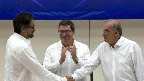 Humberto de La Calle (der.), líder del equipo negociador del Gobierno, s...