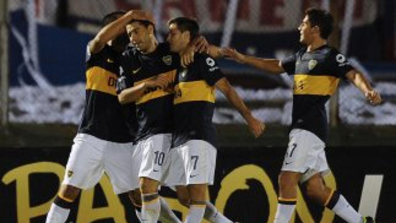 Con un gol de Juan Román Riquelme de penal y con 10 jugadores desde los...