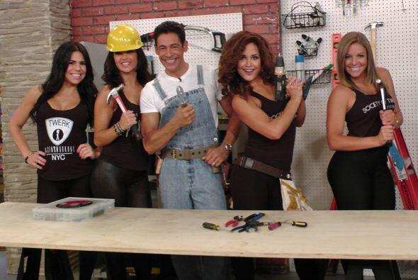 Pero como una no es ninguna, Johnny prefiere cuatro bellas ayudantes.