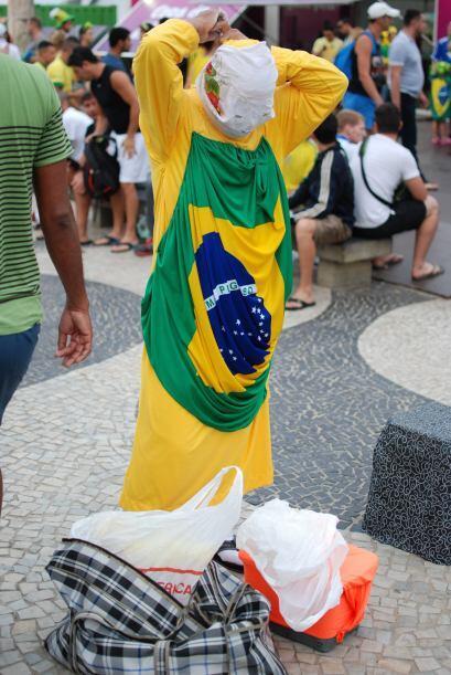 William visitó Copacabana, un punto de reunión para los aficionados futb...