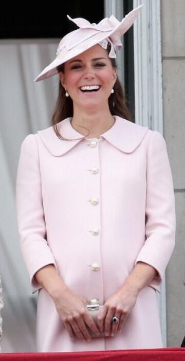 Kate Middleton regresó a la escena los bolsos 'clutch' o de mano, al ser...