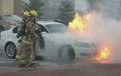 Decenas de autos BMW se prenden en llamas mientras se encuentran estacio...