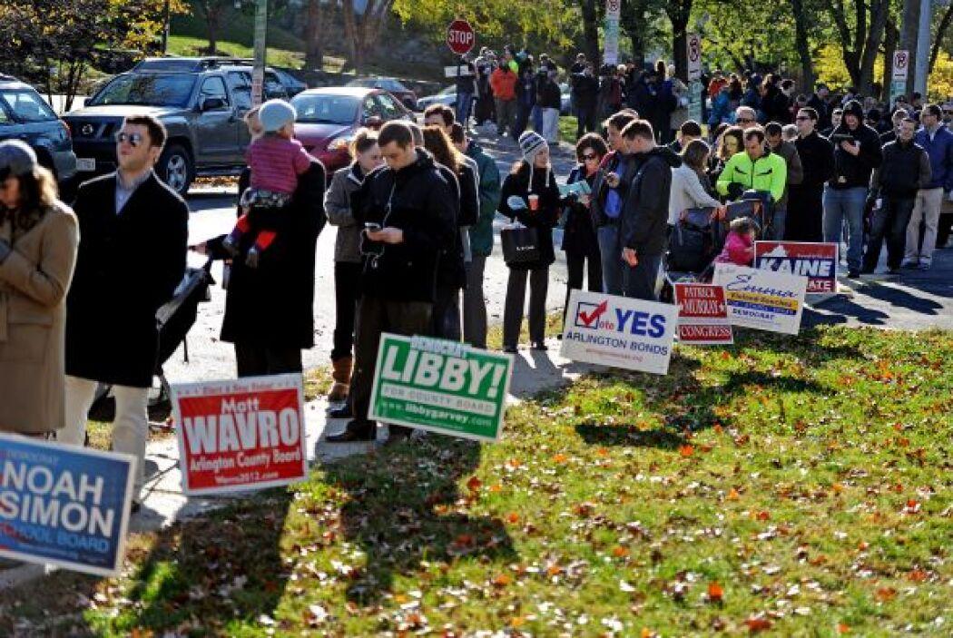 Miles de votantes tuvieron que moverse a otros lugares desde sus centros...
