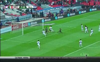 Uyy!! Casi gol. Javier Hernández patea y da en el arco