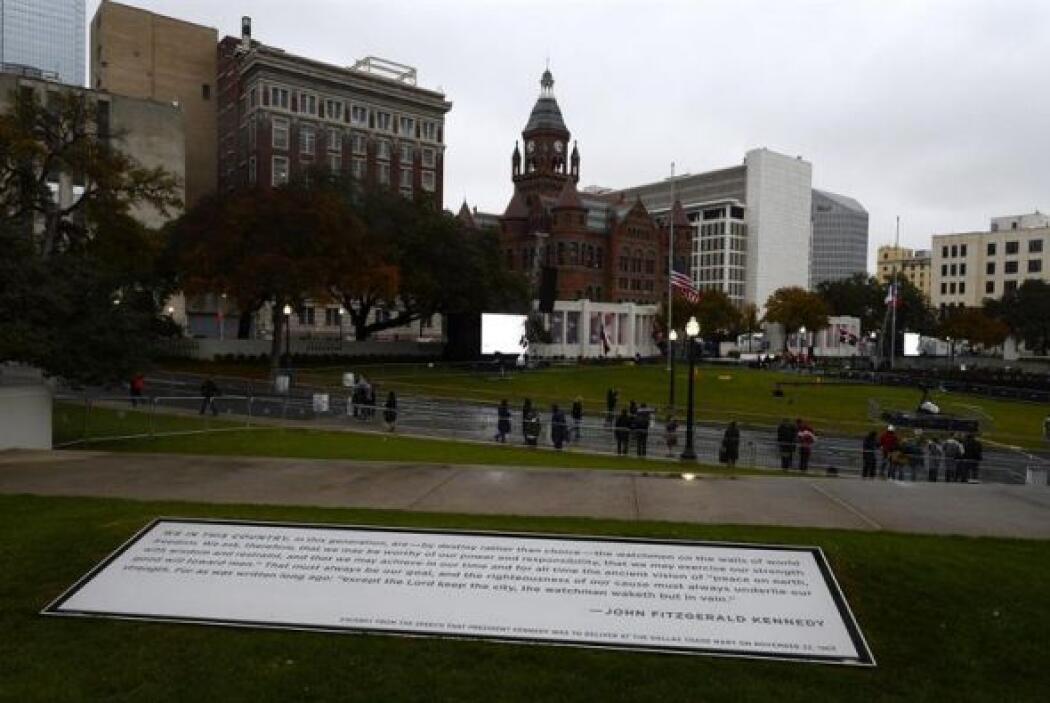 Decenas de personas asisten a una ceremonia en conmemoración del preside...