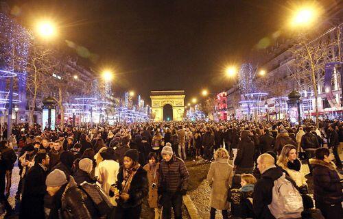 Miles se congregaron a los pies del Arco de Triunfo en París, Francia.