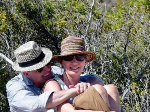 Uma y Andre se sentaron para disfrutar el paisaje.