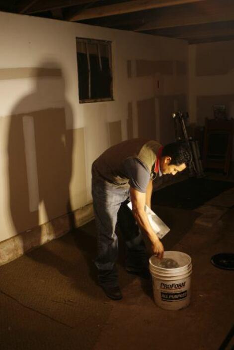 Andres Santos trabajando en el cobertizo de su casa.  Autor: Tomás Ocaña