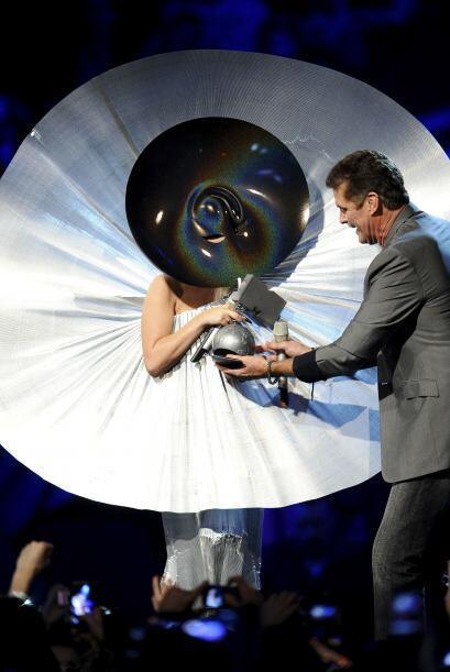 Y como Gaga siempre nos ha deleitado con sus atuendos raros, te dejamos...