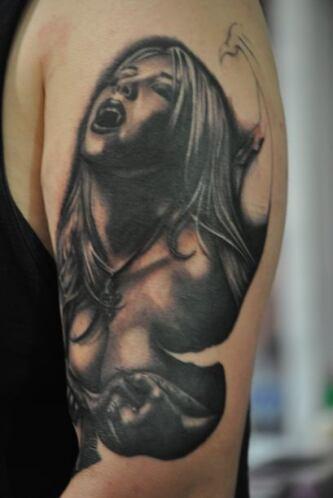 Los expertos recomiendan pensarlo muy bien antes de hacerse un tatuaje.