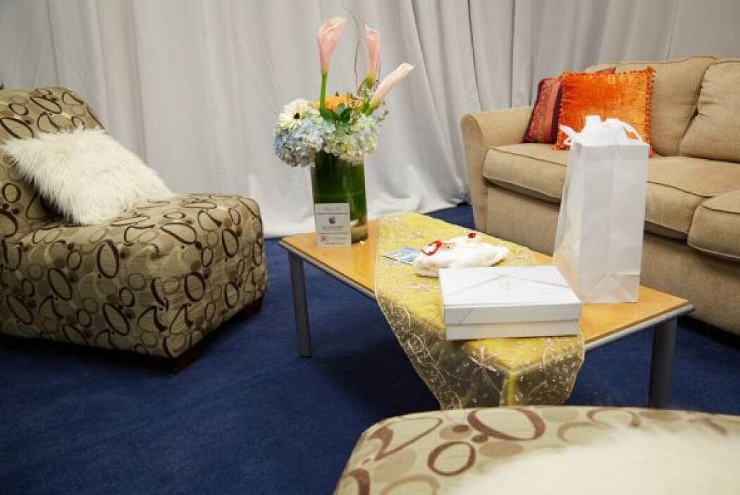 Adentro sobresale una alfombra azul y unos lindos cojines anaranjados.