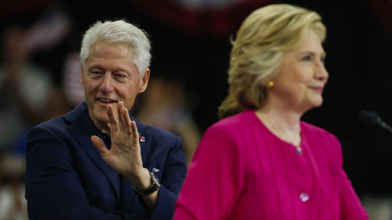 Bill Clinton acompañando a Hillary Clinton durante un evento de campaña...