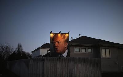 Cartel gigante de Donald Trump en una casa de West Des Moines, Iowa.