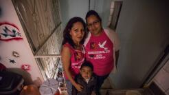 Bertha Sánchez (derecha) dejó EEUU al terminar el bachillerato y se fue...