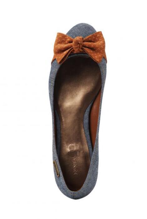 2.- Zapatos protagónicos: Inclínate por aquellos de colores sólidos pero...