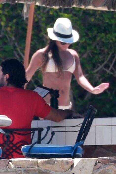 La vimos en un sexy bikini blanco.Mira aquí los videos más chismosos.