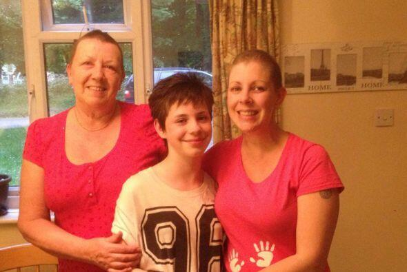 Su abuela de 57 años y su hermana mayor Leilah de 11 años...