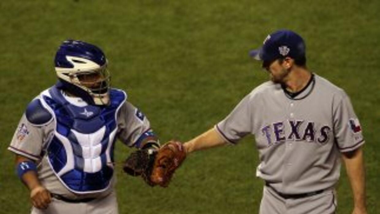 Cliff Lee, aquí saludando a Bengie Molina, perdió por primera vez en su...