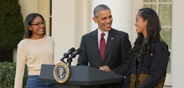 Obama con sus hijas.