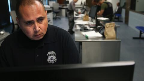 Autoridades de inmigración usan la tecnología para rastrear a indocument...
