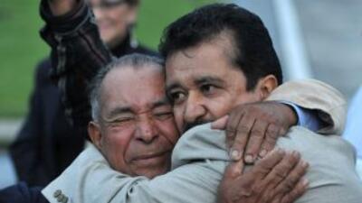 Armando Acuña recién liberado fue en busca de sus familiares.