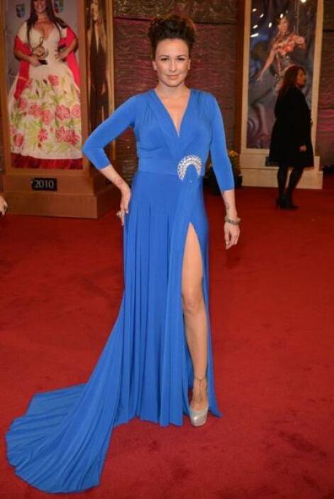 María José mostró mucha piel con este vestido azul rey.