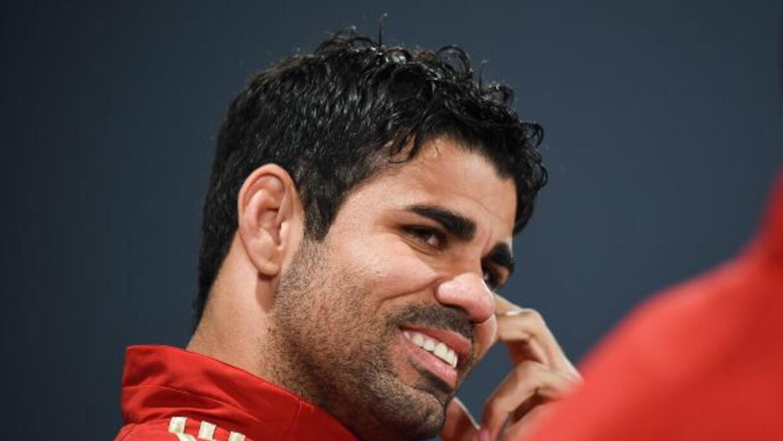 El español festejó su cumpleaños número 26 con sus compañeros de la roja.