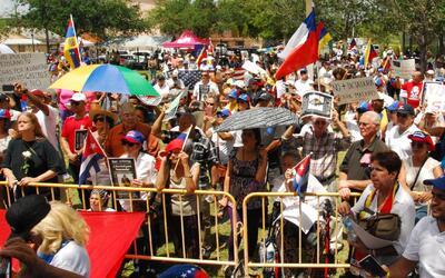 Latinos apoyan protesta de venezolanos contra el gobierno de Maduro en e...