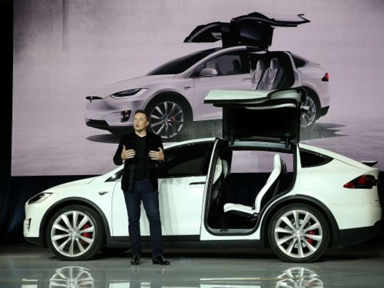 Elon Musk presenta al Tesla Model X SUV