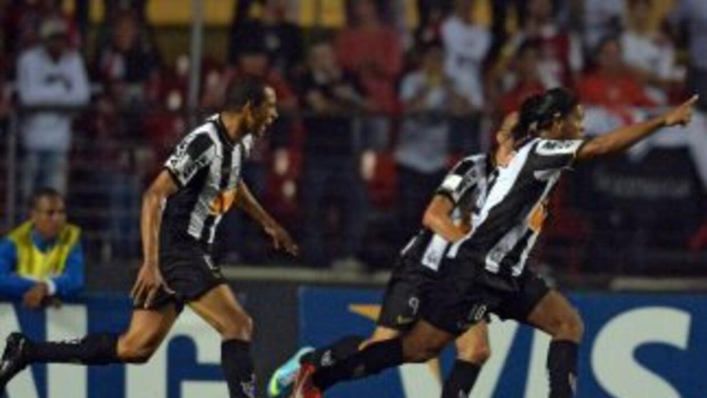 Atlético Mineiro, con un gol de Ronaldinho Gaúcho, venció 2-1 al Sao Pau...