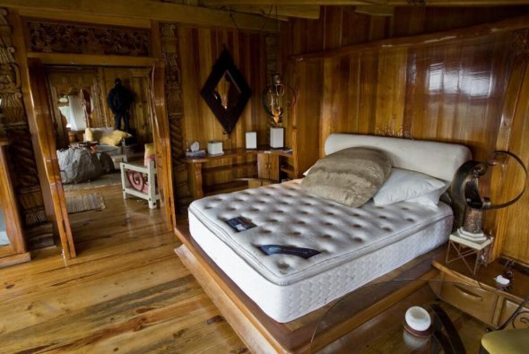 El cuarto principal tiene una sala contigua con chimenea y está adornado...