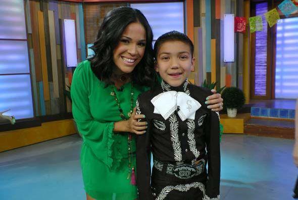 Karla Martínez llenó de cariño al pequeño mariachi.