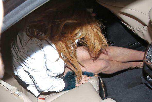 Con mucho esfuerzo, Lohan logró subir a un carro y evitar hacer un peor...