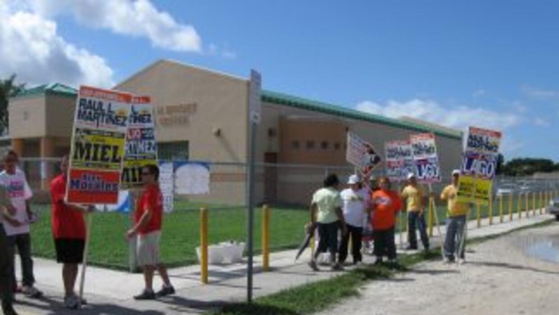 Los típicos voluntarios de las campañas, en este caso apoyando a Raúl Ma...