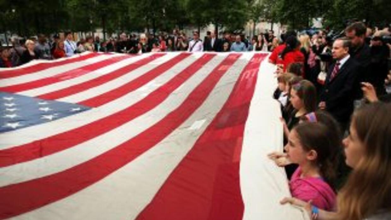 Niños, bomberos, policías y militares, en una conmemoración del 11 de se...